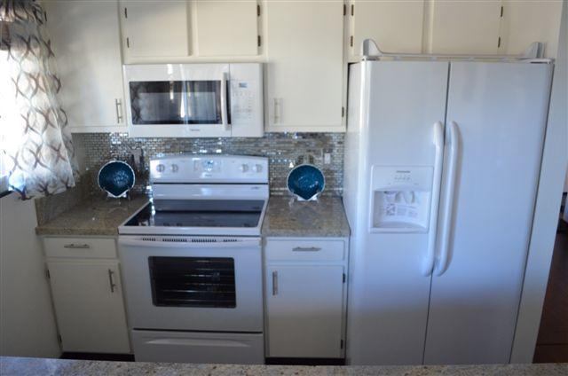 ALOHA White, Bright Granite Kitchen