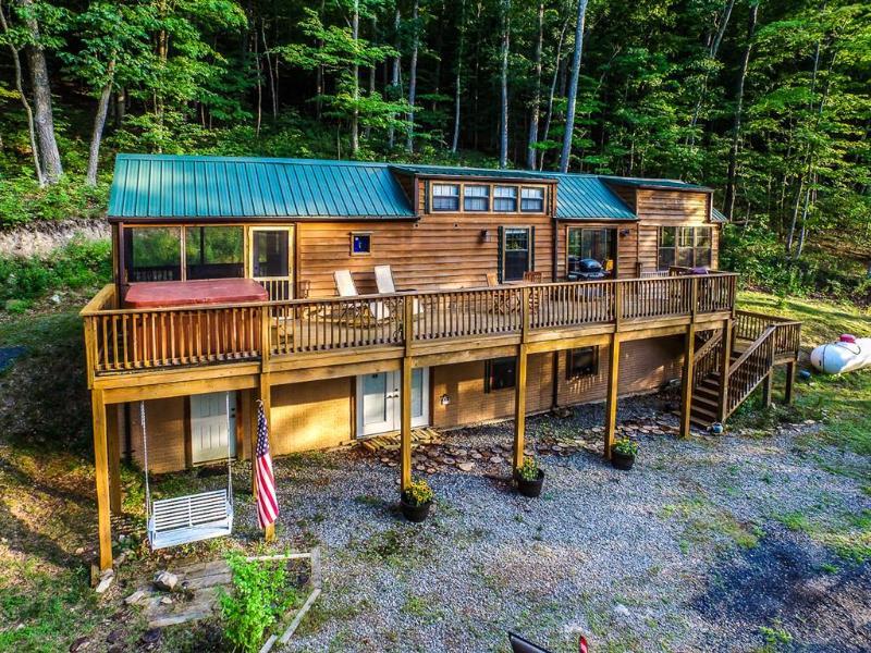Family Cabin on 6 Acres w/ Lake Access & Hot Tub!, casa vacanza a Springfield