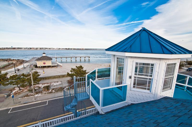 ON THE BEACH! 4th Floor Light House Views.