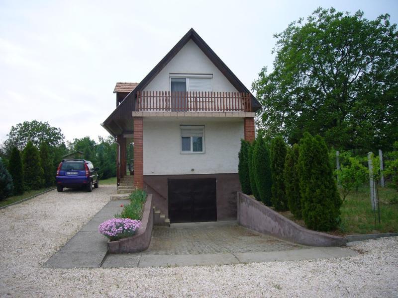 Quiet Countryside House in Tatabanya, Hungary, location de vacances à Tatabanya
