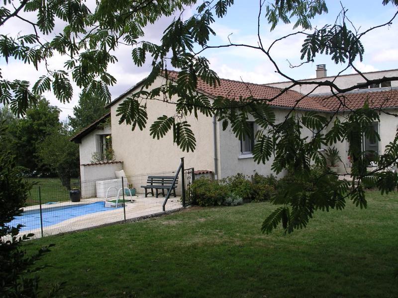 avec la piscine 6x3 à contre-courant, juste à côté de la maison