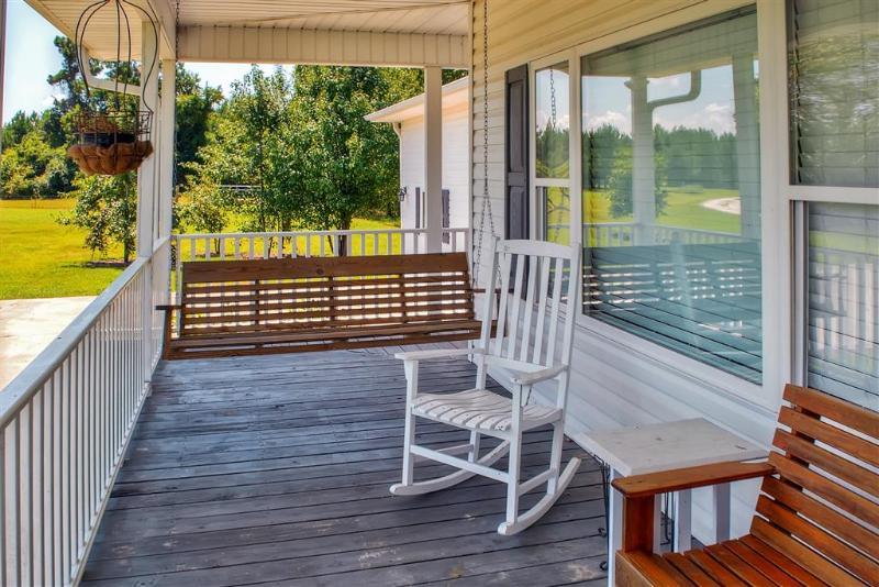Entspannen Sie auf der Veranda Schaukel draußen auf der Veranda