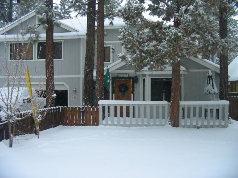 THREE BEARS CABIN:  FIVE STAR GUEST REVIEWS! GREAT LOCATION! GREAT PRICES!, alquiler de vacaciones en Big Bear City