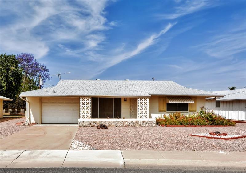 Deixe esta encantadora casa de aluguer de férias Sun City servir como sua casa-fora-de-casa no Arizona!