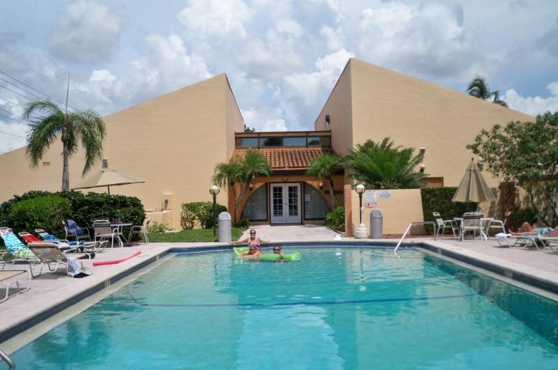 Détendez-vous dans un condominium de style resort, entièrement équipé, carrelage dans tout le condo, près du pavillon.