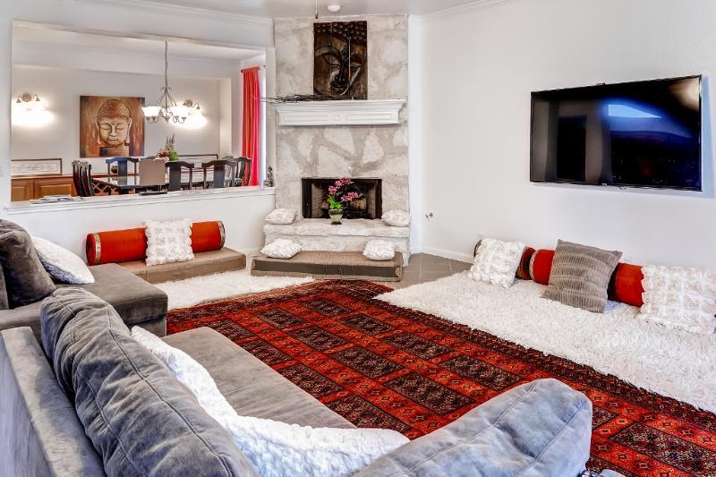 Este interior decoradas con buen gusto se siente muy zen y relajante.