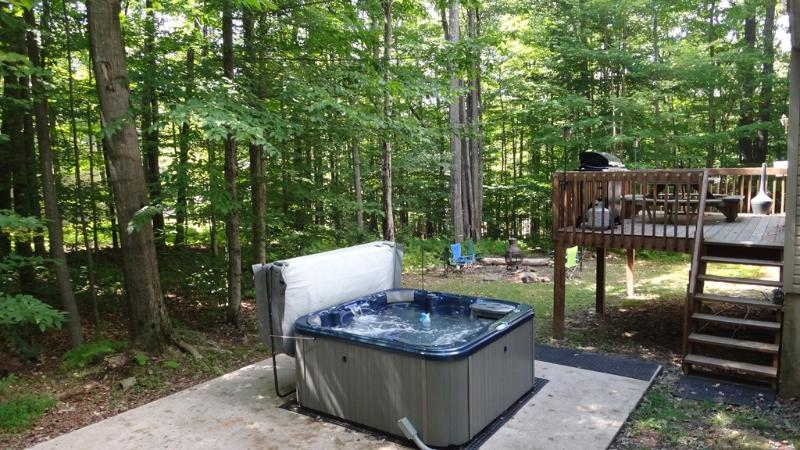 Hot tub, fire pit, deck with grill & picnic table