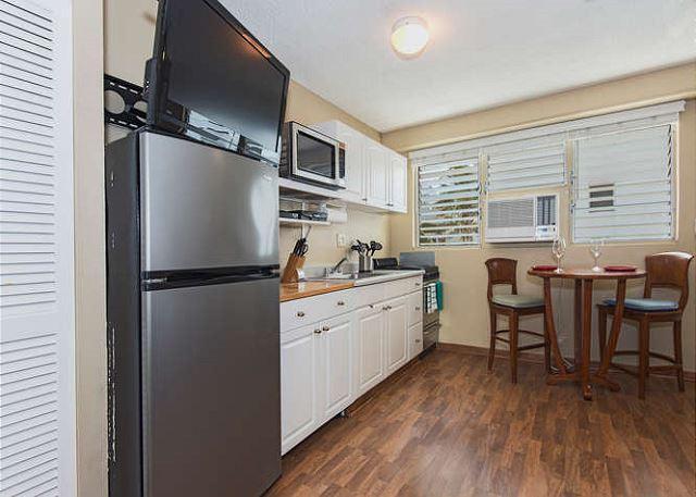 Cocina totalmente equipada con TV de pantalla plana y aire acondicionado