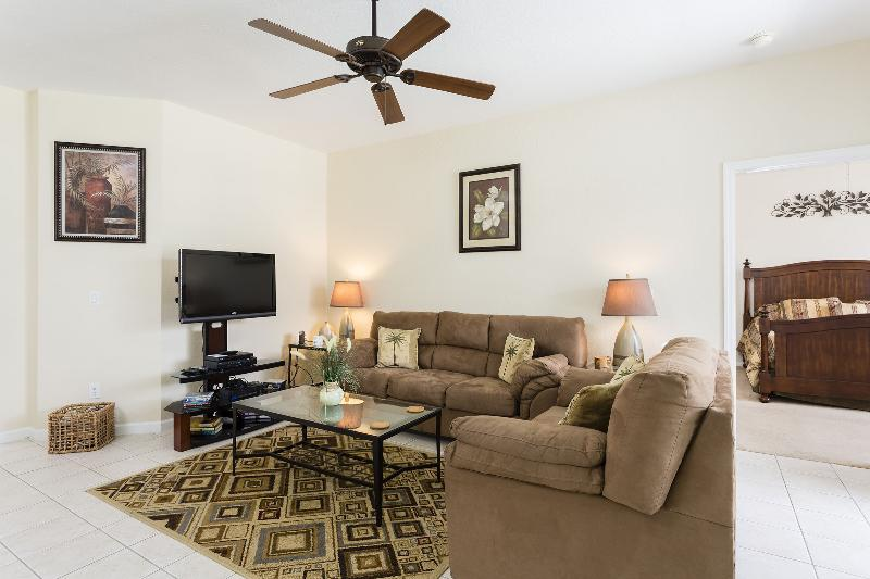 """Large living room w/ 42"""" LCD TV"""