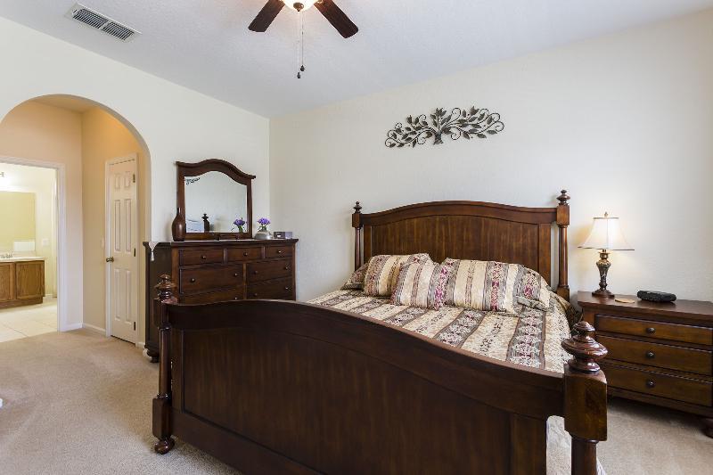 Huge master bedroom w/en-suite bath