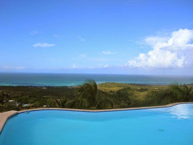 Views of the sea and the swimming pool