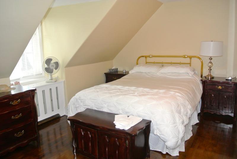 Chambre 2 au 2e étage lit 60 po.