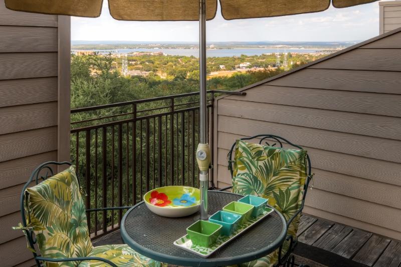 Desfrute de vistas do lago de sua varanda.