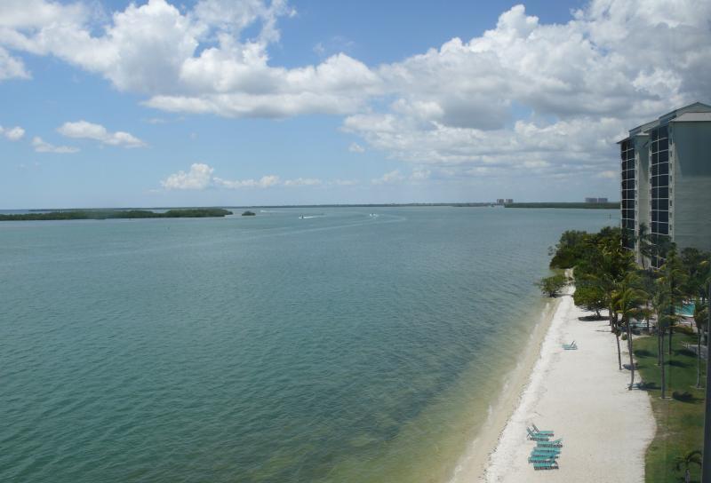 Luxury 4-Star Waterfront ~ Sanibel Bay View Condo ~ Private Beach and Pool, alquiler de vacaciones en Fort Myers