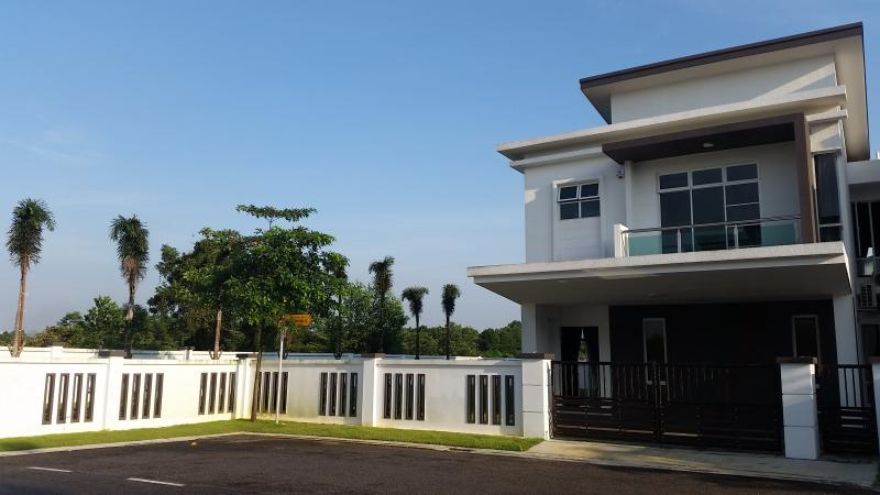 Garden House - Spacious and Comfy, vacation rental in Johor Bahru
