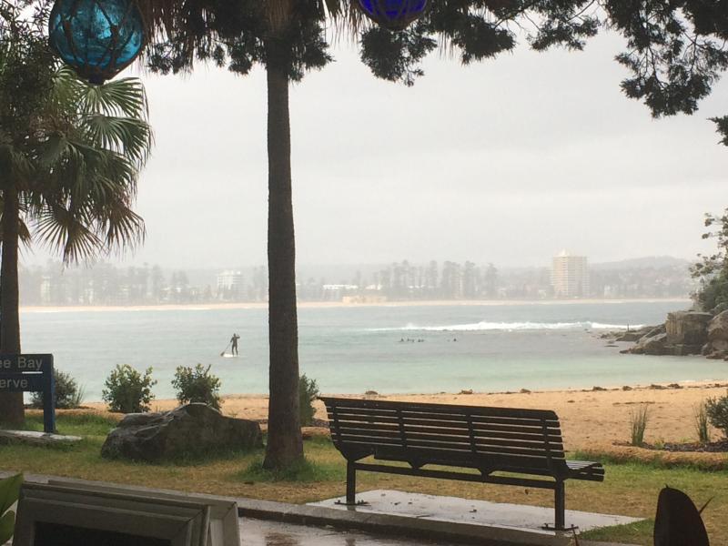 Tranquila mañana lluviosa en el Boathouse Shelley Beach - mirando hacia atrás en Manly.