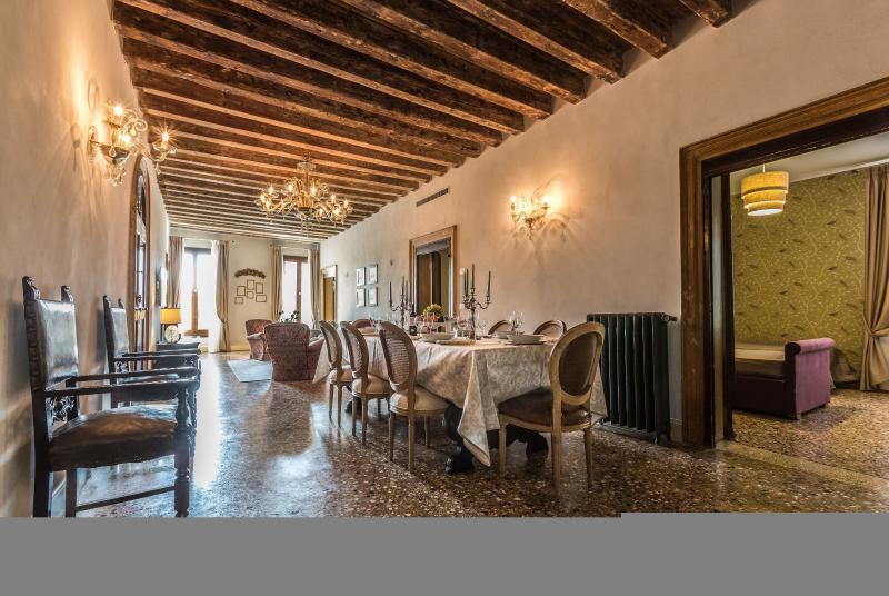 Palazzina Canal - Palazzina Canal is a large apartment with 5 bedrooms that can, vacation rental in City of Venice