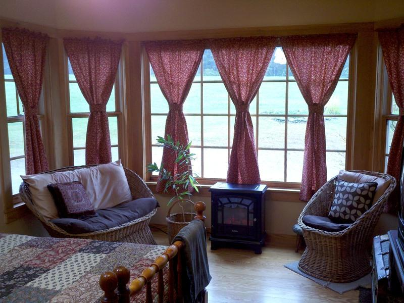 Maple Room w/ King or Queen bed & huge bay window over looking meadow; TV/DVD