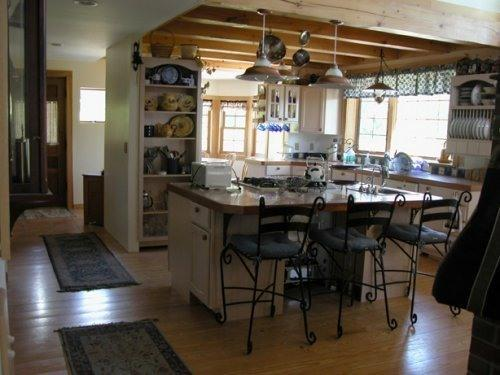 Large, Fully-Equipped Country Kitchen w/ Island
