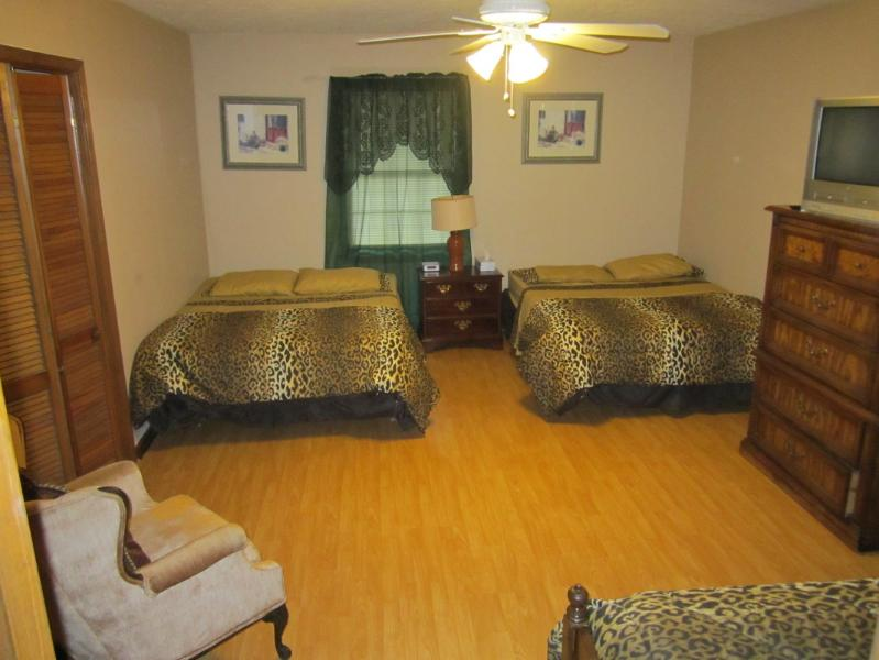 Master Bedroom: 2queen & 1twinn size bed, Cable TV