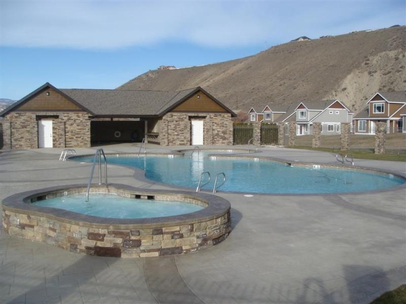 Community Pool, Hot Tub and Cabana.