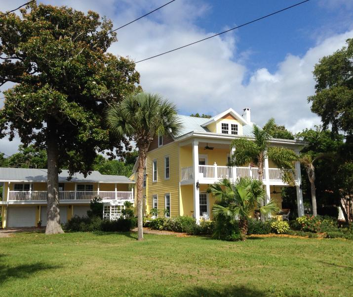 Daytona on the Intracoastal River, minutes to Beach, holiday rental in Holly Hill