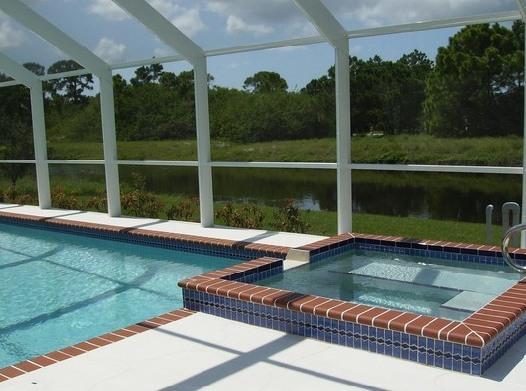Détendez-vous dans le spa plus, en plantant maintenant plus luxuriante et notamment des palmiers