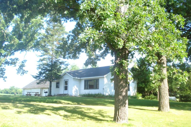 Country home with flowing river by Wisconsin Dells, alquiler vacacional en Pardeeville