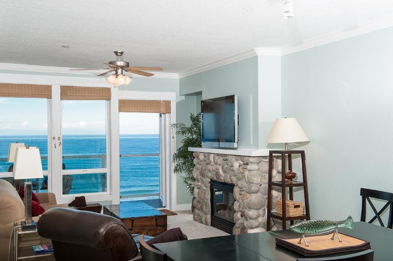 *Promo!* Oceanfront Top Floor Condo - Private Hot Tub, Indoor Pool, WiFi & More!, holiday rental in Lincoln City