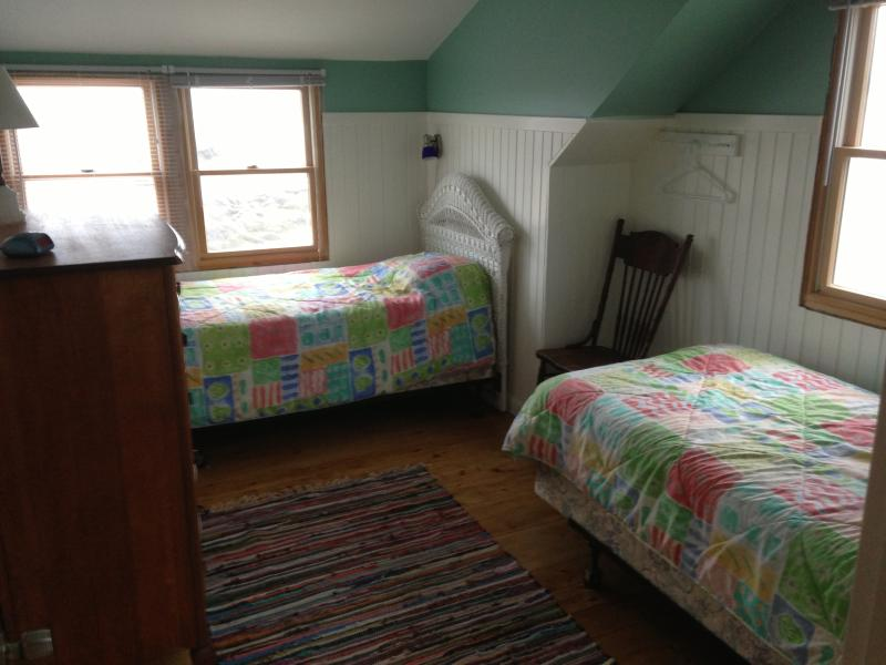 Second upstairs bedroom with twin beds