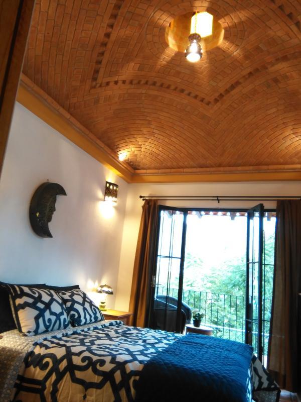 Dulce sueño en una cama bajo una cúpula de ladrillo abovedado