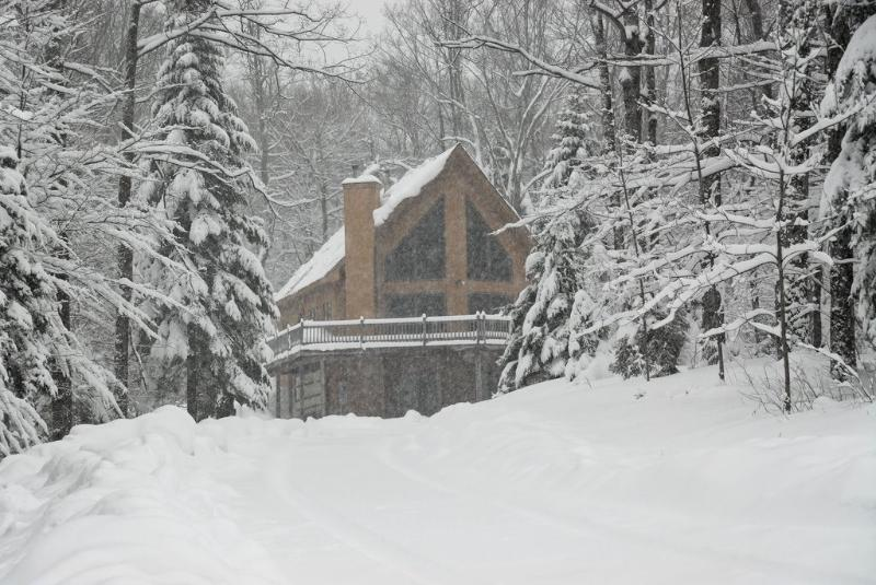 Beautiful Okemo chalet with Hot Tub – semesterbostad i Ludlow