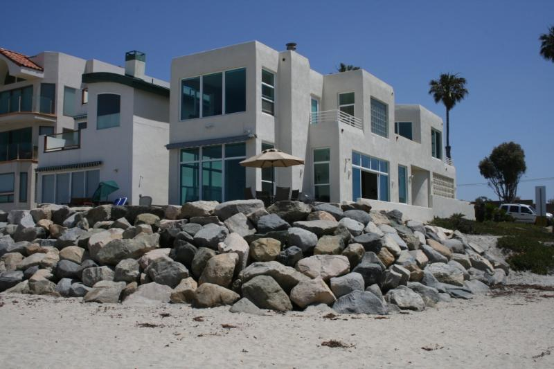 Immaculate 3 Bedroom beachfront home, private, spectacular views, great location