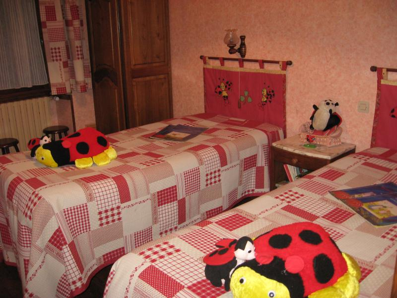 CHAMBRE 1 : Vue partie enfants  LES COCCINELLES. Chambre avec salle d'eau et WC .Coin kitchenette