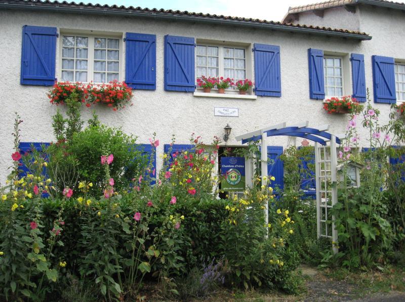 Façade de la maison de Lucien en bordure du chemin de St Jacques de Compostelle GR 655