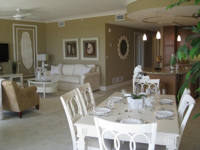 Sala da pranzo, salotto e parte della cucina.