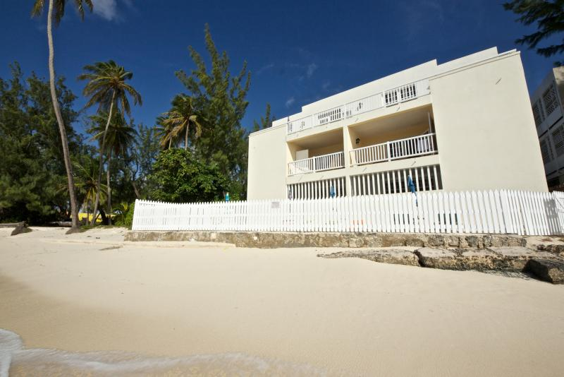 Unique location right on the Maxwell beach, settled in idyllic nature and coral beaches.
