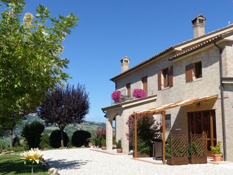 Luxury rental with pool & stunning mountain views, holiday rental in Sant'Angelo In Pontano