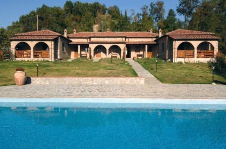 Villa comprenant 5 bungalows en pierre pour 4 à 6 personnes.