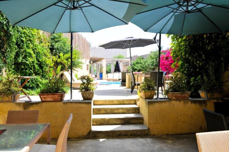 passage from the small  terrace in front of the 2 residences to the relax area around the pool