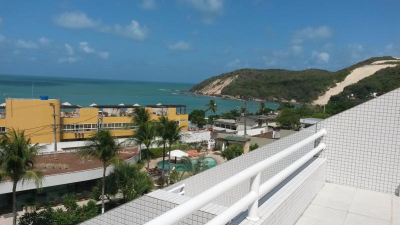 vista da varanda no 5º andar para o mar, morro do careca, piscina do condomínio e espaço gourmet
