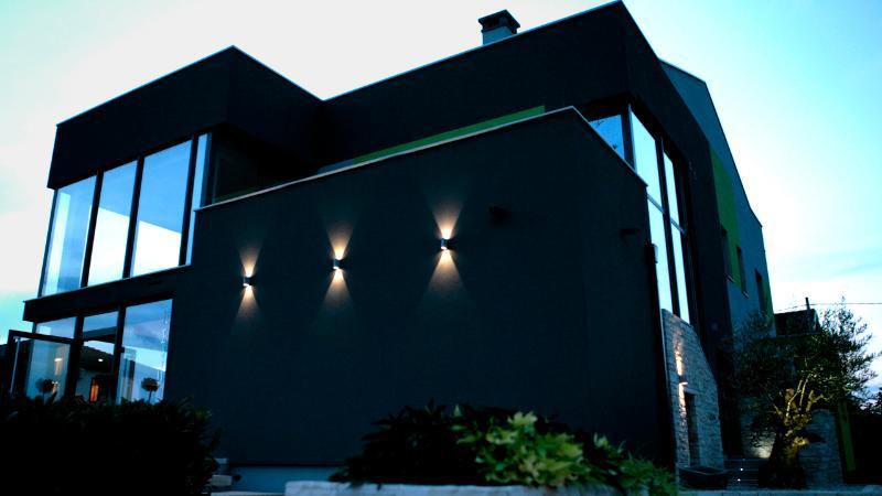Apartment Studio Mansarda OliveCharm, holiday rental in Petrovija