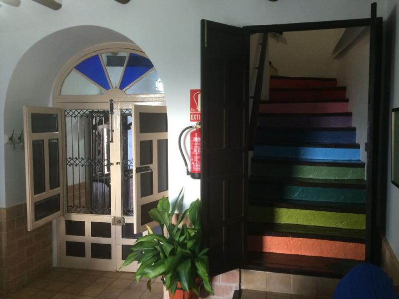Salón y subida a la planta alta con escalera de colores