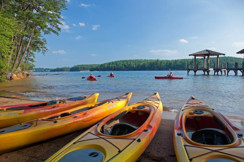 Kayak sulla spiaggia nuoto