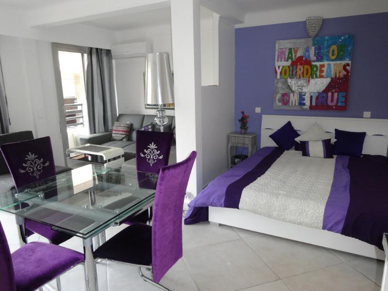 Foto des wunderschönen und geräumigen Wohnzimmer mit einem sehr angenehmen Balkon