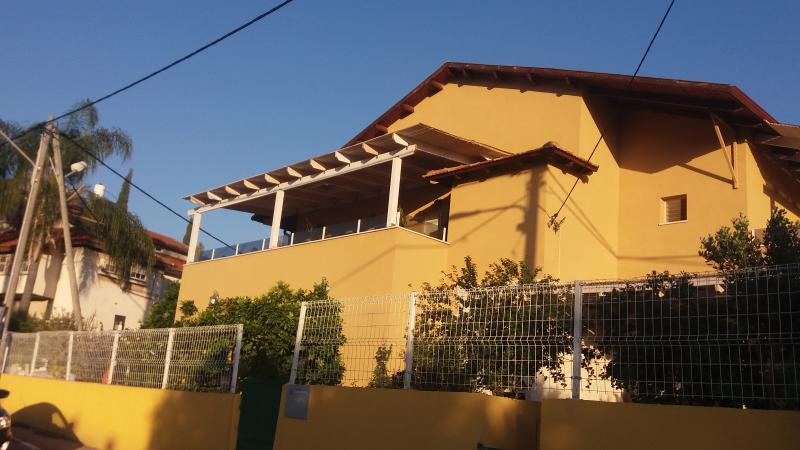 accommodation at Israeli home, aluguéis de temporada em Distrito Central