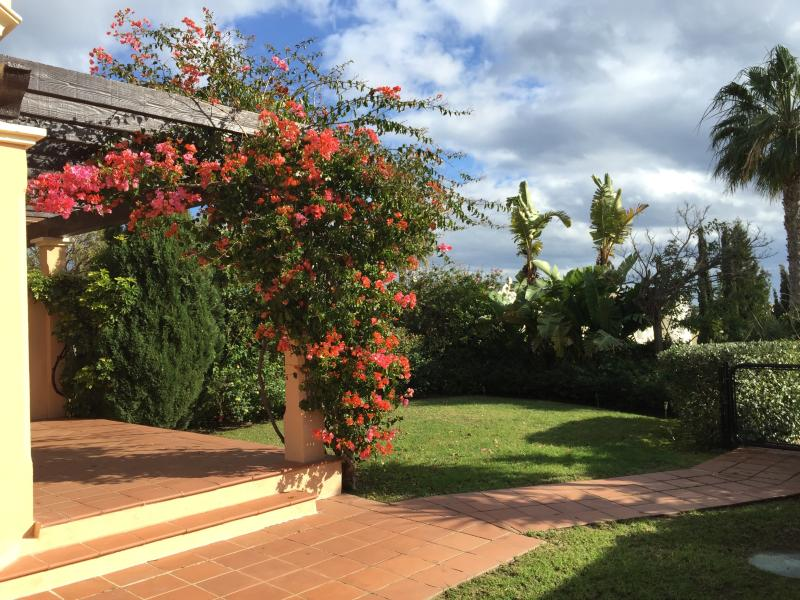 Semidetached house with private garden, casa vacanza a Castellar de la Frontera