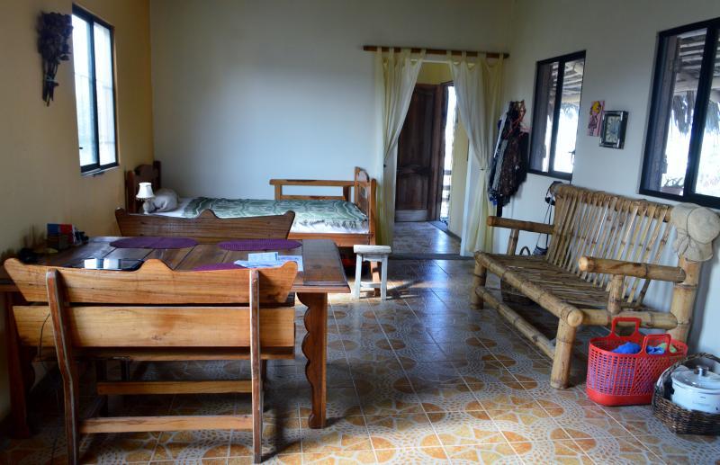 Ballenita Beach House (Upper Floor), aluguéis de temporada em Santa Elena