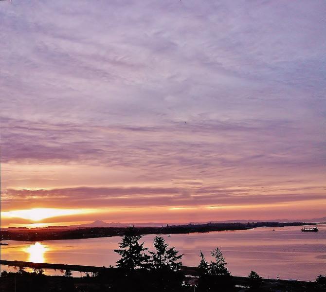 Un'alba gloriosa nel mese di giugno con Mt. Baker giocando 'coy' appena a destra del sole... pura magia!