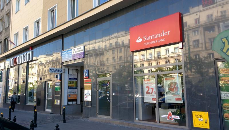 Entrance to the building- between Santander Bank and Monnari shop